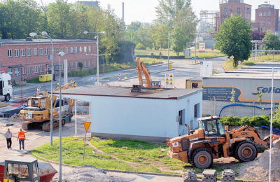 » W Grupie Azoty ZAK S.A. trwają także prace przy budowie nowej bramy głównej. Słynne biuro przepustek zostało w minionym tygodniu rozebrane.